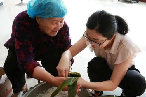临沭县第一书记:包爱心粽子_送贫困群众