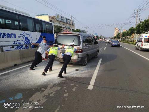 青岛:面包车突发自燃女司机跳车求救